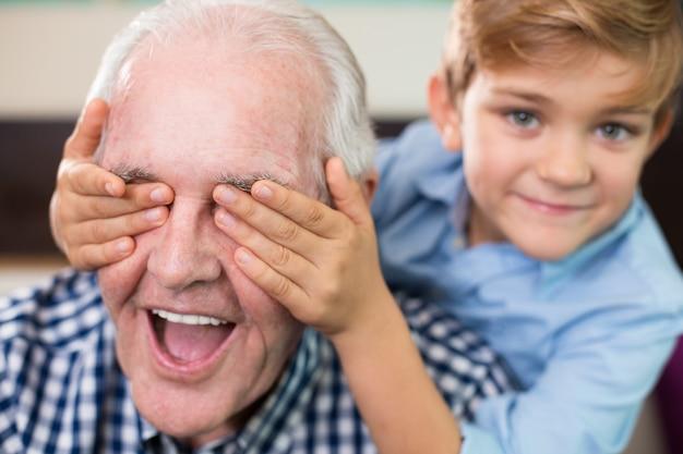 Vieja generación nieto ocasional sonriente Foto gratis
