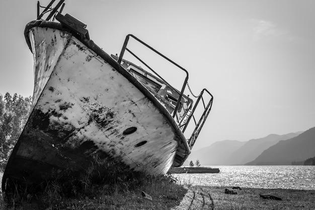 Viejo barco abandonado en el lago Foto Premium