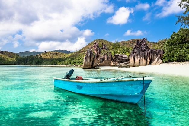 Viejo barco de pesca en playa tropical Foto Premium