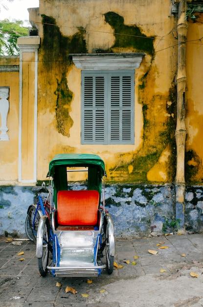 Viejo carro clásico hoi an, vietnam Foto gratis