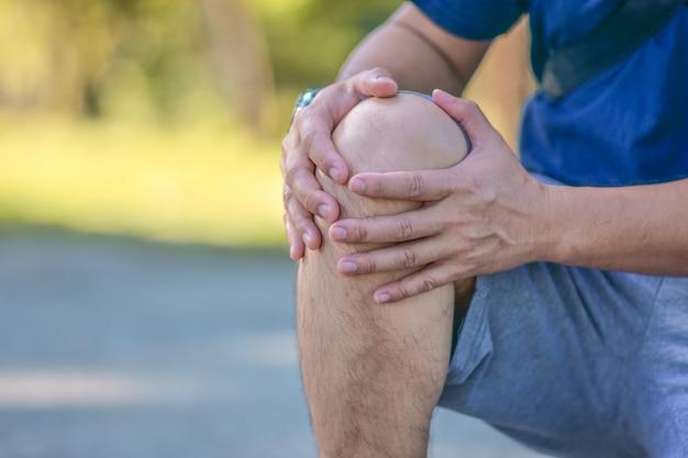 El viejo es un problema de dolor de rodilla efecto en la vida cotidiana Foto Premium