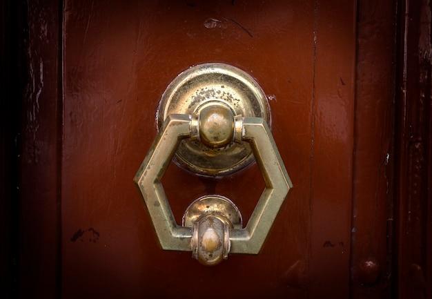 Viejo martinete de la manija de la puerta de metal en una madera rugosa Foto Premium