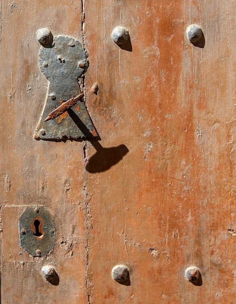 El viejo pomo de la puerta de madera Foto Premium