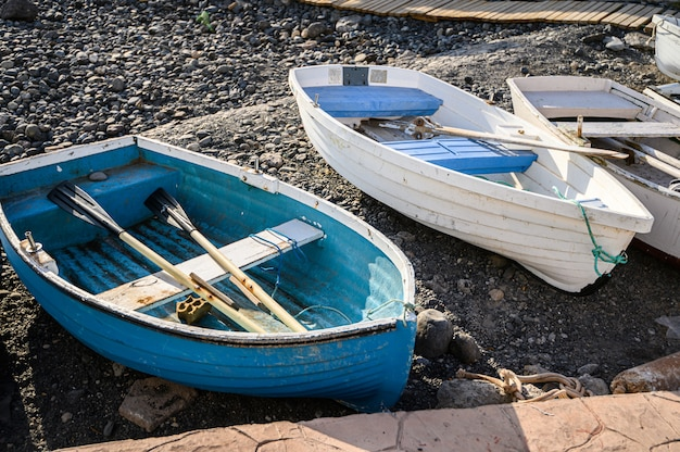 Viejos barcos de pesca en el puerto de la caletta. tenerife, islas canarias, españa Foto Premium