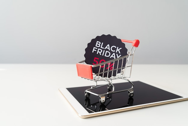 Viernes negro carrito de compras en la parte superior de la tableta Foto gratis