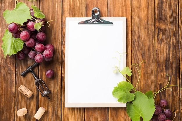 Viñas y uvas con copia espacio. Foto gratis