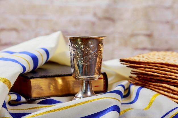 Vino y matzá pan de pascua judío matzo Foto Premium