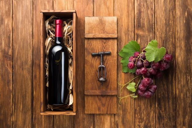 Vino paralelo y uvas rojas. Foto gratis