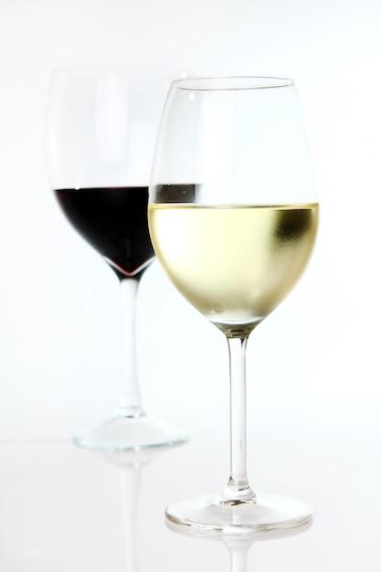 Vino tinto y blanco en copas Foto gratis