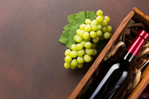 Vino tinto y uvas blancas. Foto gratis