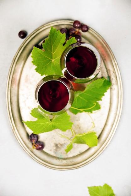 Vino y uvas sobre fondo de mármol gris Foto Premium
