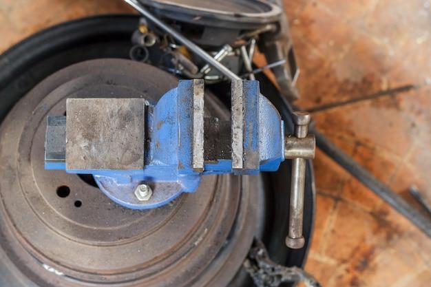 Visera de mesa, herramienta vise en el taller. herramientas para la industria, el tornillo de banco se coloca sobre la mesa Foto Premium