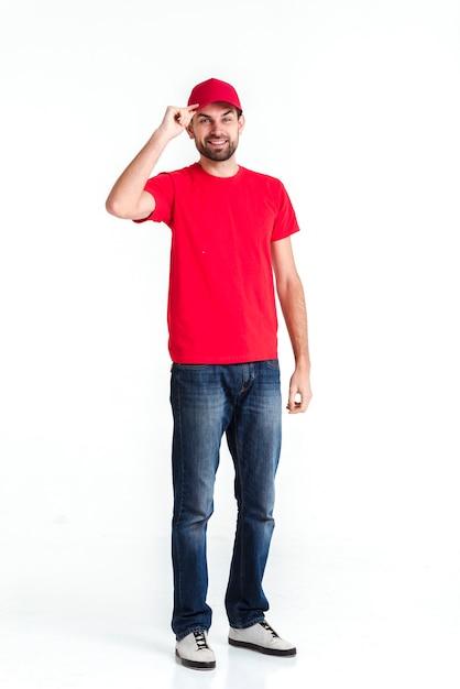 Visión a largo plazo del mensajero de pie que sostiene el casquillo Foto gratis