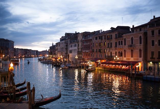 Visión desde el puente de rialto de venecia por noche. Foto Premium