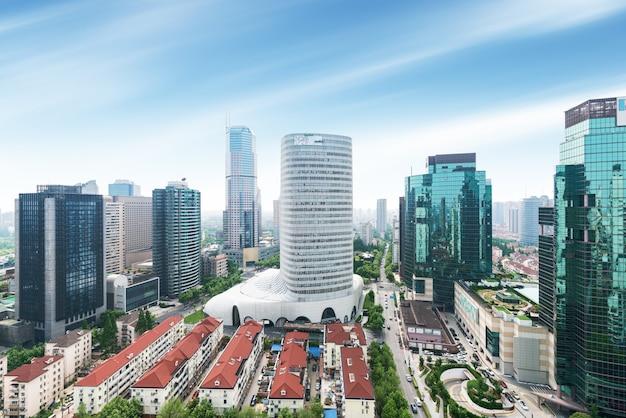 Vista aérea del área central de negocios de alta densidad de shanghai. edificios de oficinas de gran altura y rascacielos con superficie de vidrio. carreteras urbanas con múltiples carriles y parque verde de la ciudad. shanghai, china Foto Premium