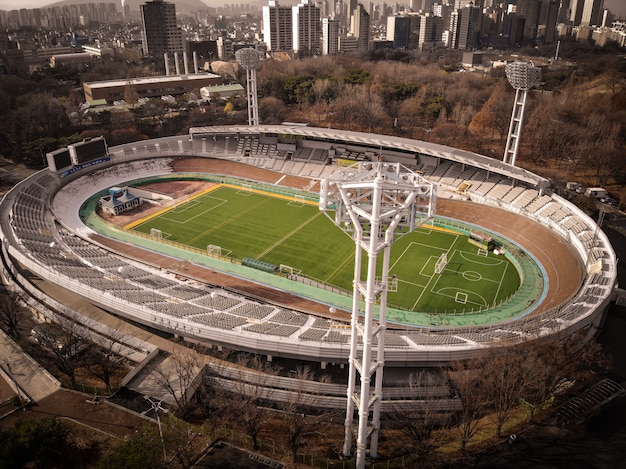 Vista aérea de aviones no tripulados en el campo de fútbol Foto Premium