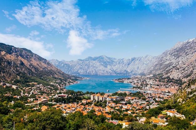 Vista aérea de la bahía de kotor; montenegro Foto gratis