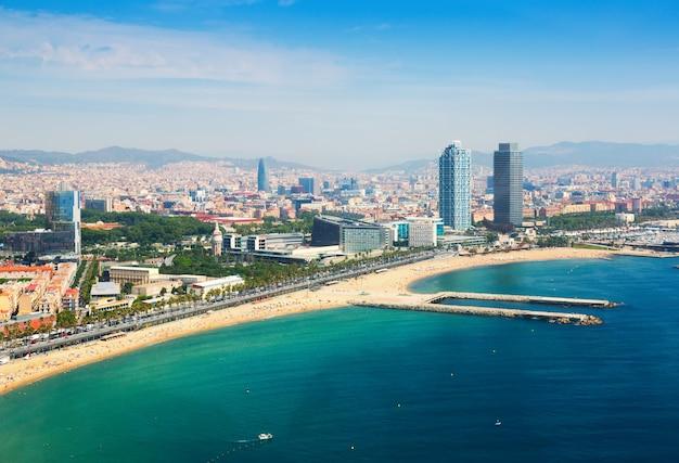 Vista aérea de barcelona desde el mediterráneo Foto gratis
