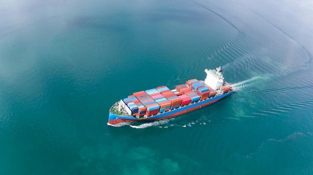 Vista aérea del barco de contenedores de carga que navega en el tanque de carga de importación y exportación de océano a c Foto Premium