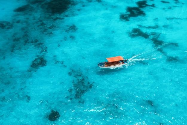 Vista aérea del barco de pesca en agua azul transparente en un día soleado en verano Foto Premium