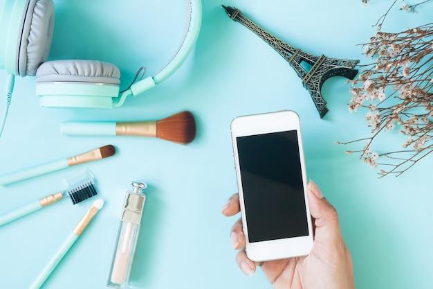 Vista aérea de belleza disparó con mano de mujer sosteniendo teléfono inteligente Foto Premium