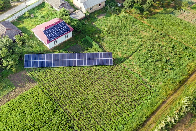 Vista aérea de una casa con paneles solares azules para energía limpia. Foto Premium