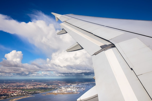Vista aérea de la ciudad de copenhague desde el avión vista sobre ...