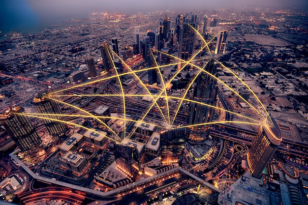Vista aérea de la ciudad por la noche. concepto de conexión a redes sociales. manipulación de foto. Foto Premium