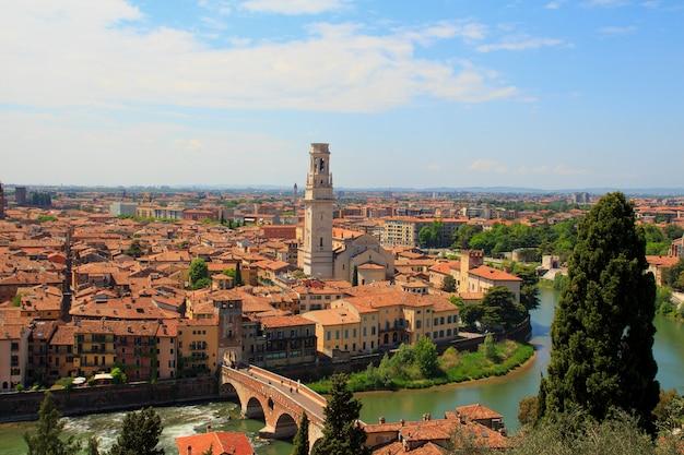 Vista aérea de la ciudad vieja de verona con tejados de color naranja y altas torres en un día soleado Foto Premium