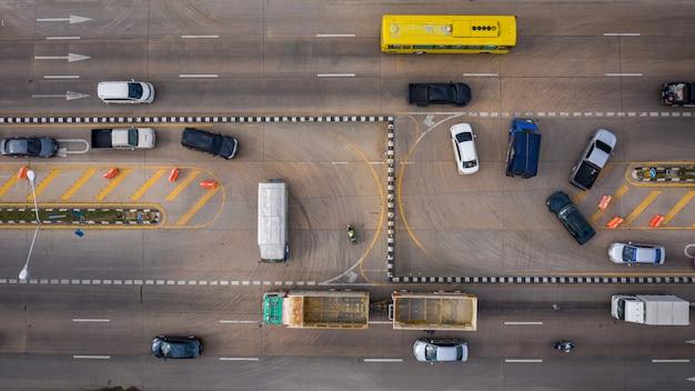 Vista aérea del coche de carretera con giro en u en tailandia Foto Premium