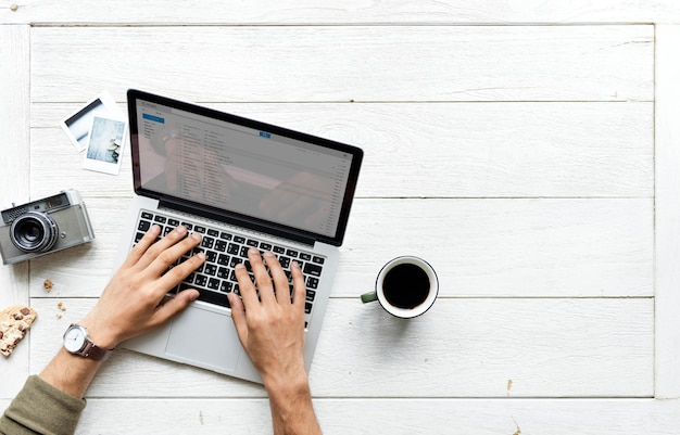 Vista aérea de la computadora portátil en el concepto de hobby de fotografía de mesa de madera Foto gratis