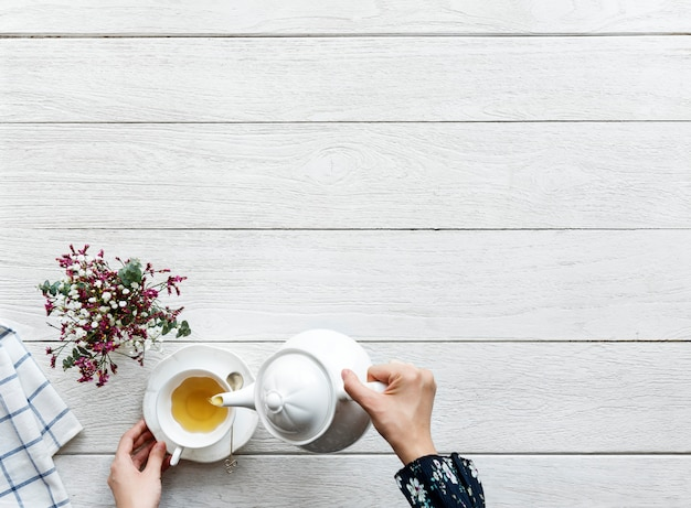 Vista aérea del concepto de descanso y relajación de beber té caliente con espacio de copia Foto gratis