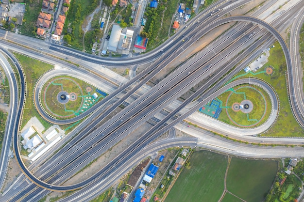Vista aérea de los cruces de carreteras. vista superior de la ciudad urbana, bangkok, tailandia. Foto Premium