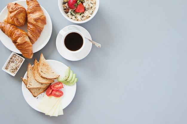Vista aérea de desayuno saludable con café Foto gratis