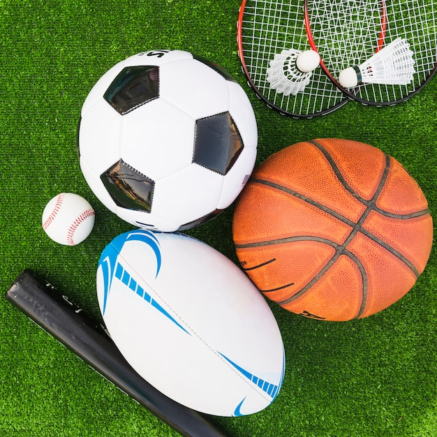 Vista aérea de diferentes tipos de equipamiento deportivo en césped verde. Foto gratis