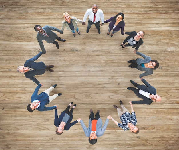 Vista aérea de diversos hombres de negocios tomados de la mano juntos trabajo en equipo Foto gratis