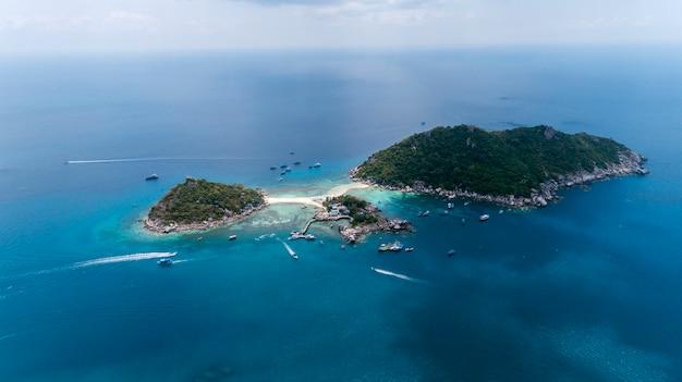 Vista aérea drone shot de koh nang yuan hermosa pequeña isla en surat thani tailandia Foto Premium
