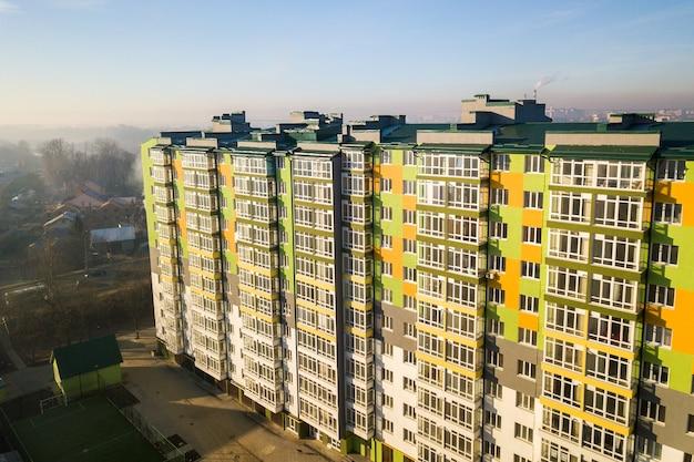 Vista aérea de un edificio de apartamentos residencial alto con muchas ventanas y balcones. Foto Premium
