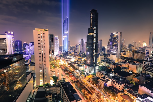 Vista aérea de los edificios de oficinas modernos de bangkok Foto Premium