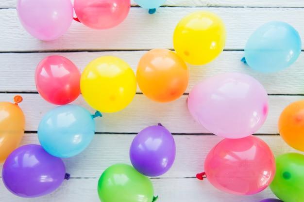 Vista aérea de globos inflables sobre tabla de madera. Foto gratis