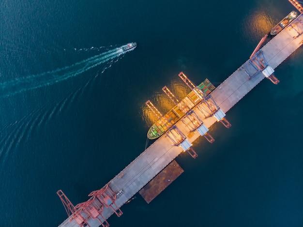 Vista aérea de la nave de gas alrededor del puerto terminal internacional de la nave. Foto Premium