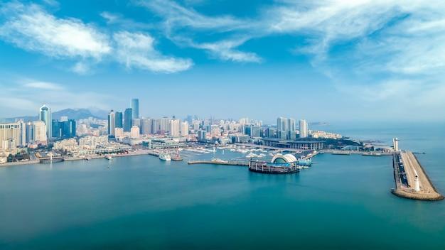 Una vista aérea panorámica del paisaje arquitectónico y el horizonte de la bahía de qingdao fushan Foto Premium