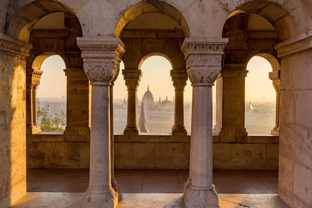 Vista aérea del parlamento de hungría a través del bastión gótico Foto Premium