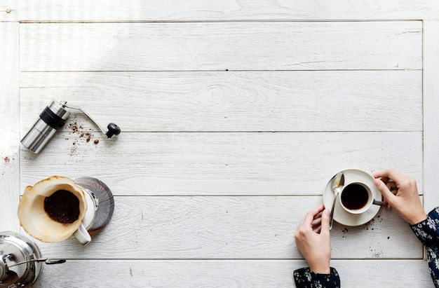 Vista aérea de personas haciendo café por goteo. Foto gratis