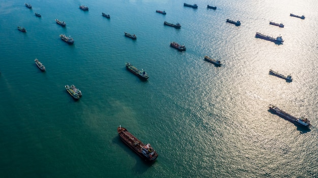 Vista aérea de petróleo y gas petrolero químico en mar abierto Foto Premium