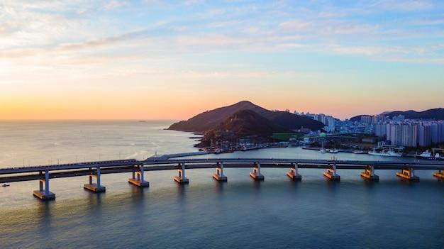 Vista aérea del puente de gwangan en la ciudad de busan, corea del sur Foto Premium