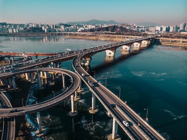 Vista aérea en puente de invierno en seúl Foto Premium