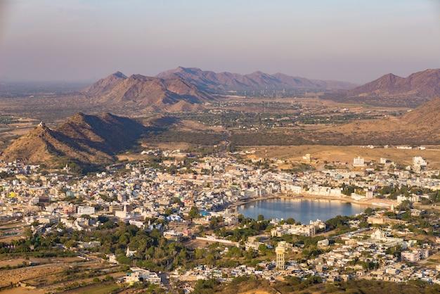 Vista aérea de pushkar, la ciudad con el lago sagrado y las colinas circundantes y el paisaje rural. Foto Premium