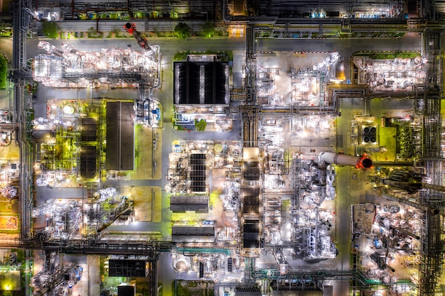 La vista aérea de la refinería de petróleo y la planta de la refinería de gas forman zona de la industria en la noche. Foto Premium