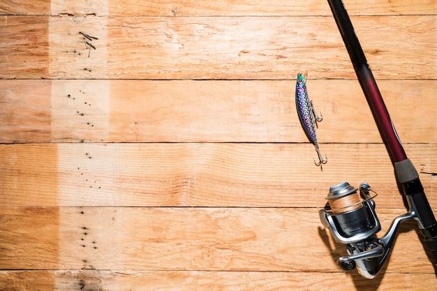 Una vista aérea de señuelos de pesca con caña de pescar en el escritorio Foto gratis